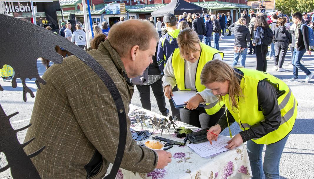 Moa Adnan Sved och Stina Davidsson samlade in marknadsavgiften från Kjell-Åke Andersson, från Vågan i Hackås, som sålde egenproducerad fasaddekor.