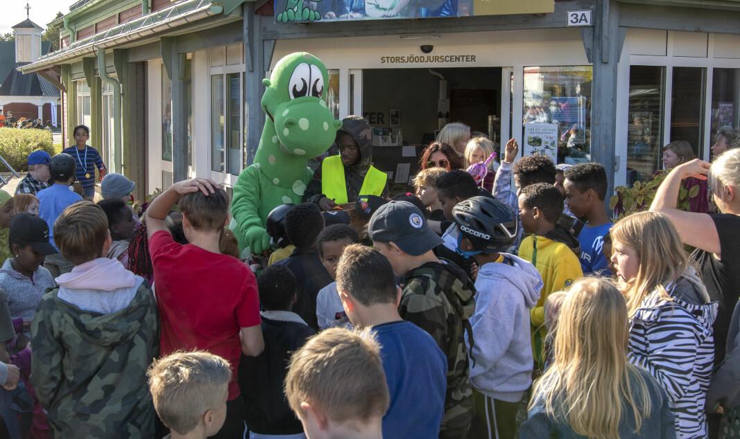 Birger delade ut godis till barnen.