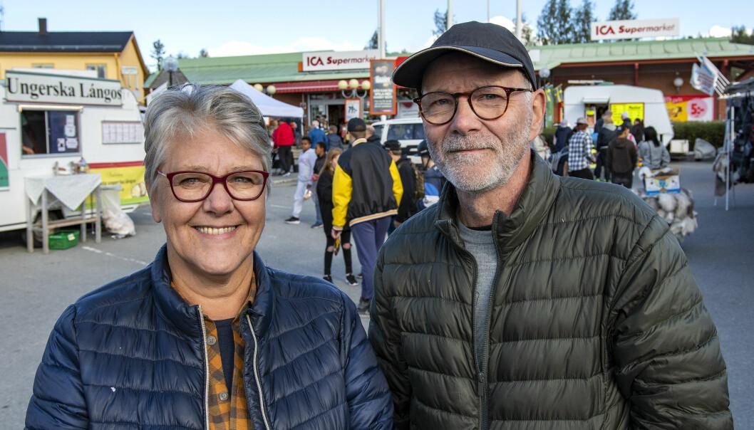 – Vi kommer alltid hit när det är Älghälga, sa Lena Westerberg och Kari Laihonen från Enskede. De passade även på att plocka lingon och blåbär när de gästade länet. – Korv måste vi köpa, det hör till en marknad, menade Kari.