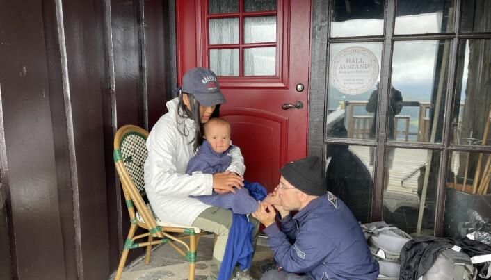 Halvvägs nere, vid Hummelstugan, fick sällskapet göra paus bland annat för att värma bebisen på 11 månader och för att vila. Foto: Privat