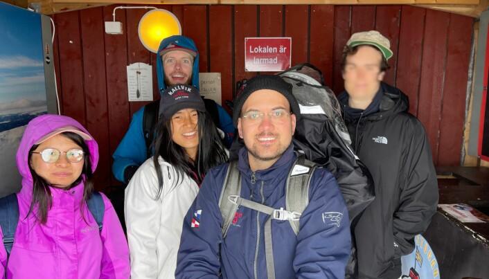 Jonas Magnusson längst fram är kritisk till Skistars bemötande i samband med att han, familjen och några vänner blev strandsatta på Årskuten i slutet av juli. Foto: Privat