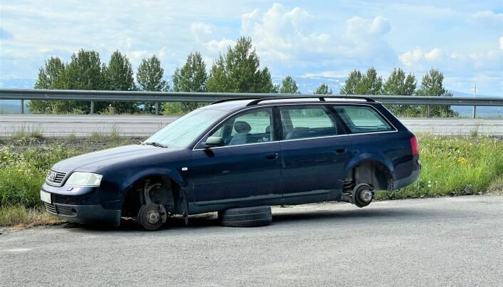 Bil som dumpats vid E14 i Mattmar