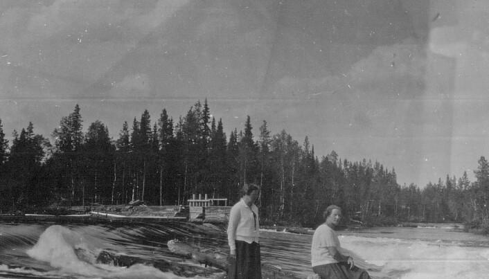 Två damer vid Långforsen en gång i tiden. Foto Jämtkraft