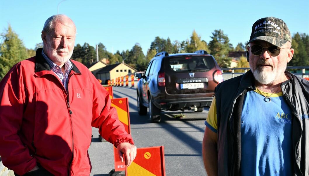 Jan Hansson, trafikansvarig i PRO Bodum, t.v., och Anders Bryntesson, t.h., säger att det enda alternativ att undvika möten på bron är att återinsätta trafikljus i Rossön. Att fotgängare ska gå oskyddade bredvid trafiken som centreras säger Anders är vansinne. Jan Hansson menar att det är Trafikverket själva som ställt till skadorna på bron. Foto: Inger Kraft Etzler
