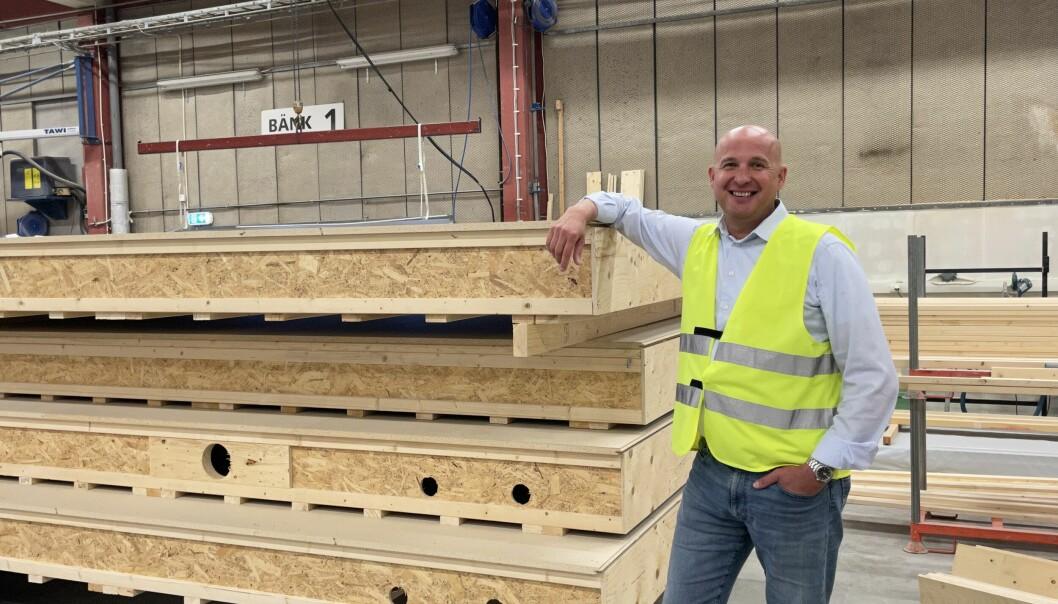 Peter Rhensbo, vd för Norrlands Trähus, bredvid väggar till en villa som ska levereras till Norrtälje. Han är stolt över satsningen på hållbara höghus helt i trä. – Det är skitkul, det går inte att säga något annat, säger Peter.