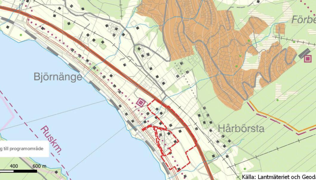 Det är området markerat i rött som kommunstyrelsen beslutat ska bebyggas med förskola, bostäder och handelslokaler.