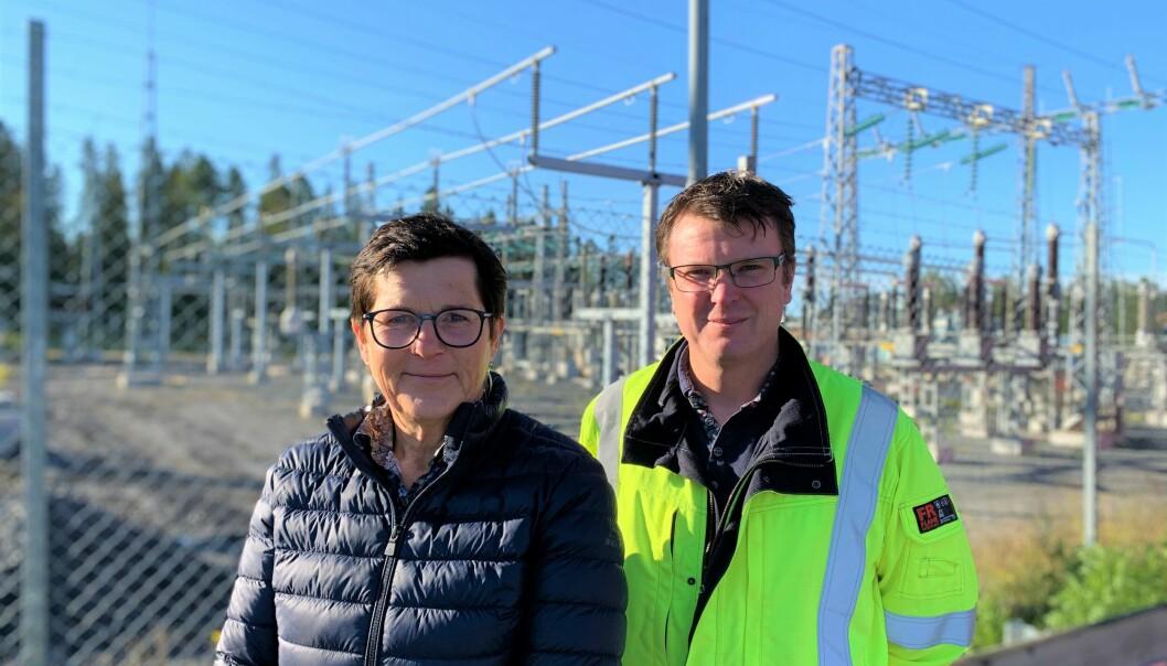 Kerstin Arnemo, styrelseordförande i Jämtkraft ser stor potential i den el som nu kommer länet till godo. – Det här är unikt i Sverige och EU,att kunna erbjuda500 MW effekt från förnybar energi och med väldigthög leveranssäkerhet, säger hon. Med på bilden är också Stefan Sedin, elnätschefpå Jämtkraft.