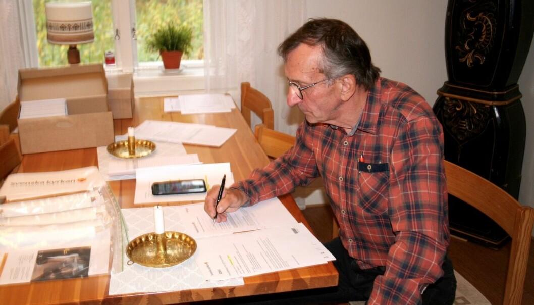 Lars Erik Granbacka tog emot telefonsamtal och utförde skrivbordsarbete.