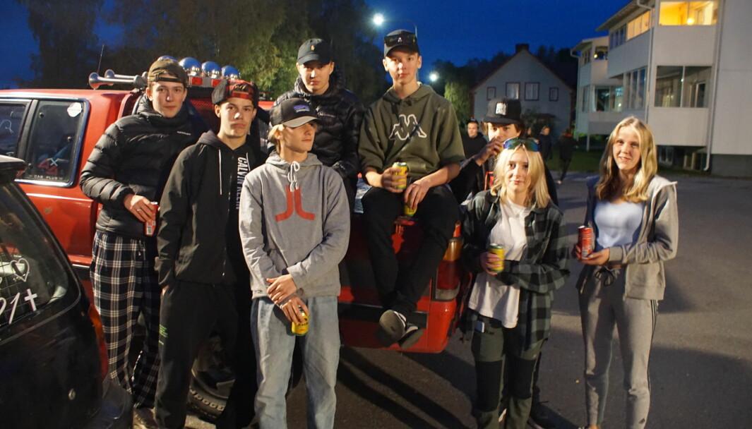 Ett gäng ungdomar från Ås och Krokom som tog en kvällstur till Krokoms kyrka.