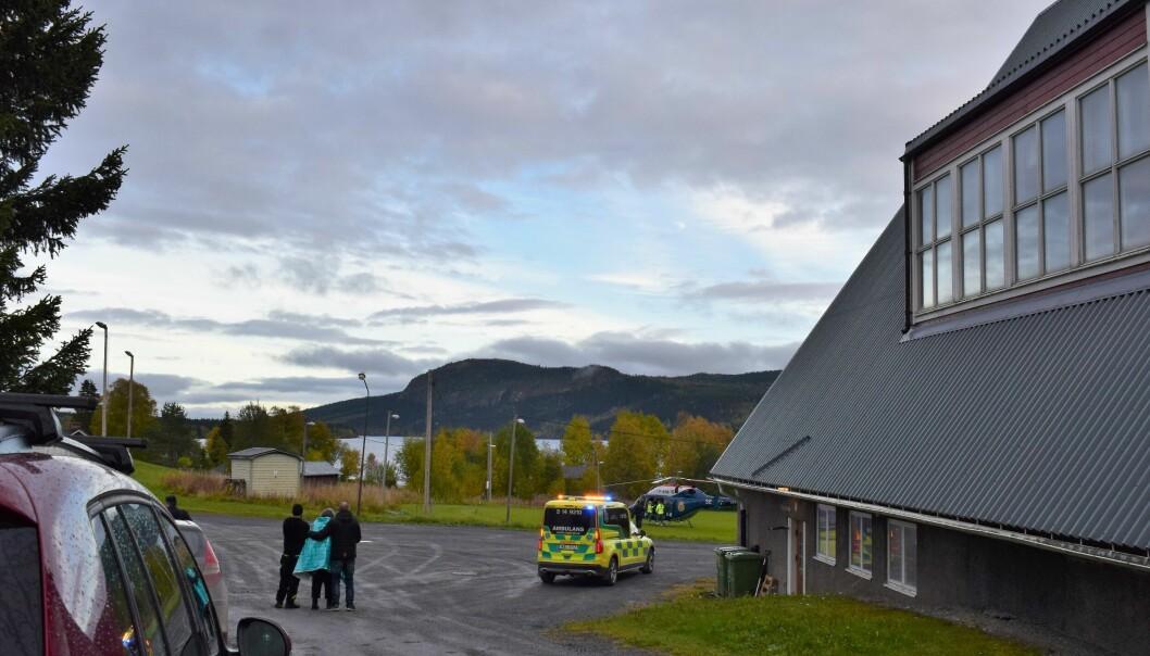 Dramats upplösning: den återfunna personen med värmefilt omkring sig vid bygdegården i Kaxås.