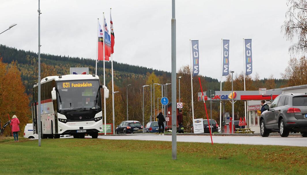 Nu har även chaufförerna och Länstrafiken ledsnat på hållplatsen OKQ8 i Hede. Nu stannar bussen på riksväg 84 för att släppa av och på resenärerna.