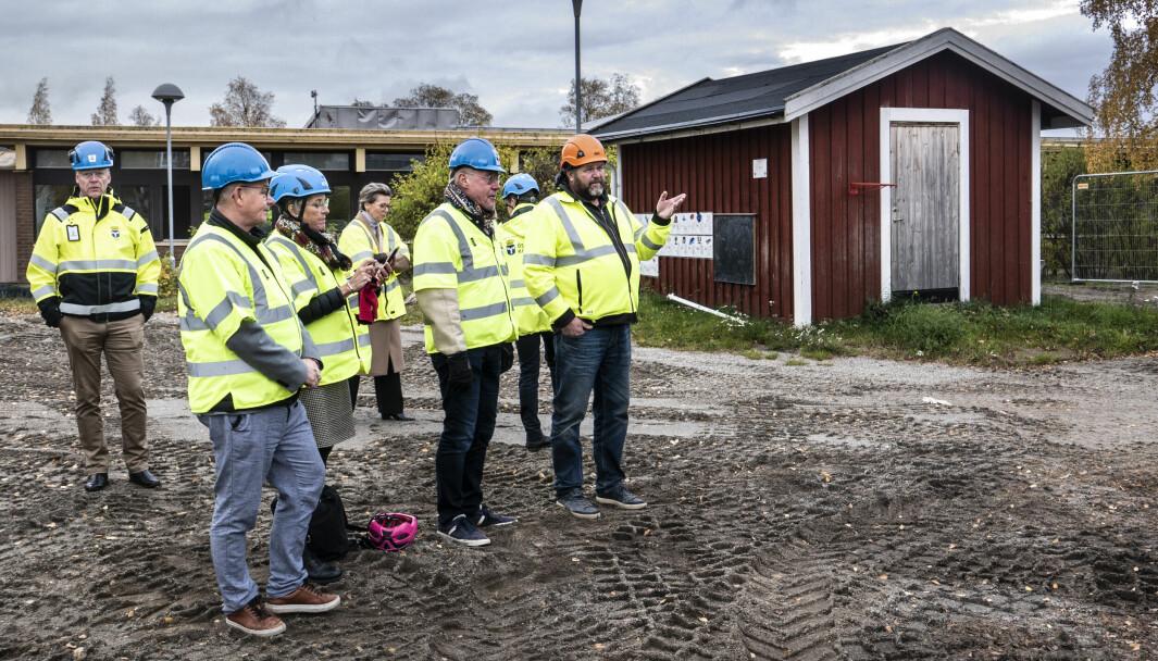 Tjänstemän och politiker från kommunen inspekterade bygget under torsdagen. Click to add image caption