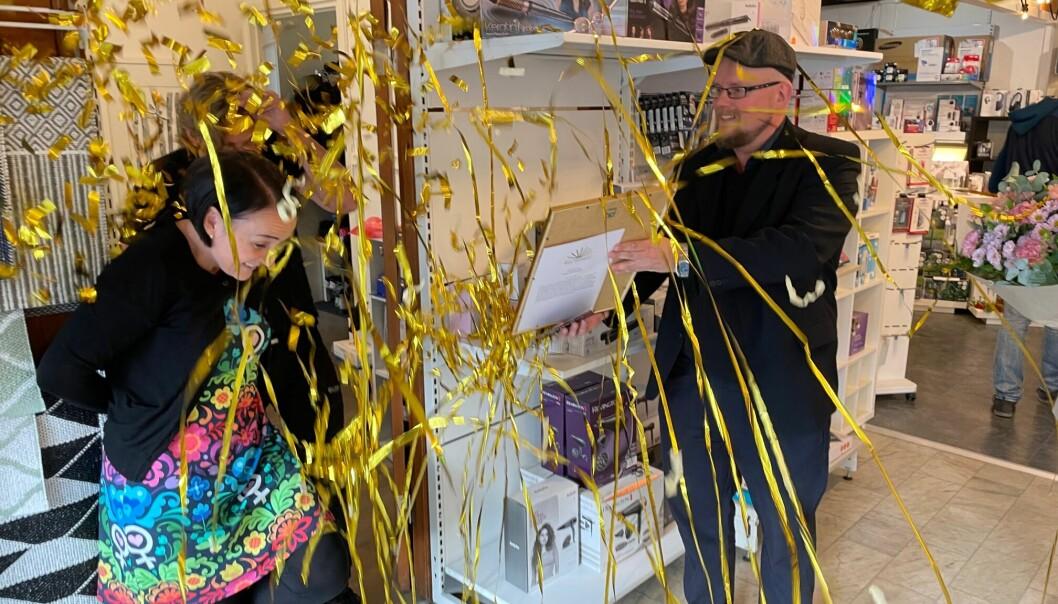 I ett moln av konfetti fick Erika och JohanÅgevall ELON mottaga priset som Årets företagare av Niclas Liljefjäll, ordförande för Företagarna Strömsund