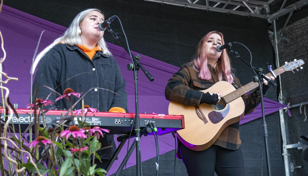 SAGI-Twins, det vill säga systrarna Erika och Sofia Forslund från Singsjön norr om Brunflo, spelade nästan 60 minuter i snålblåsten under torsdagslunchen.