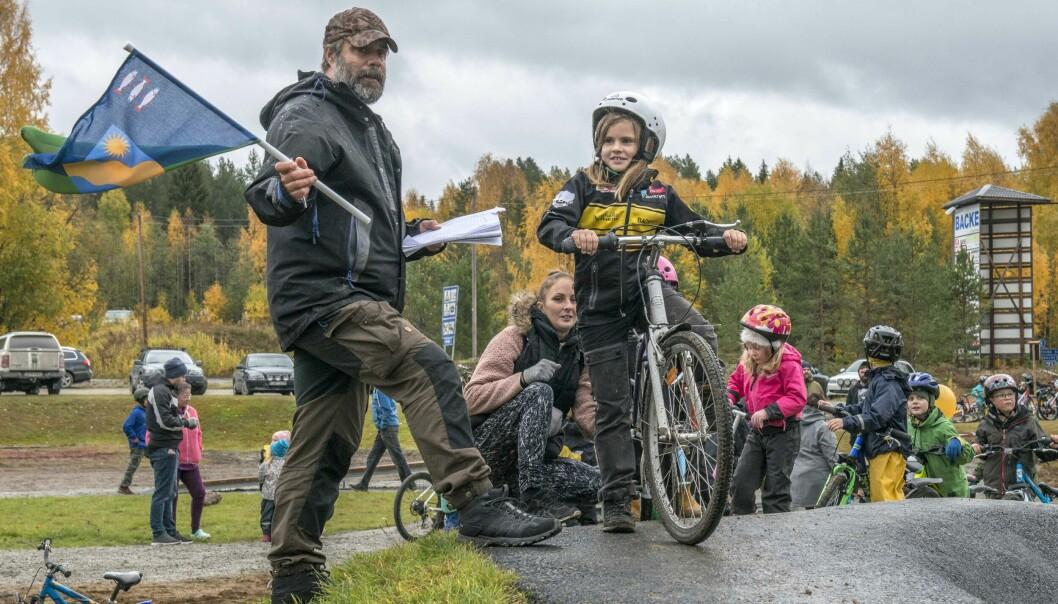 Över hundra föräldrar och barn passade på att delta i invigningen av den nya pumptrackbanan i Backe.