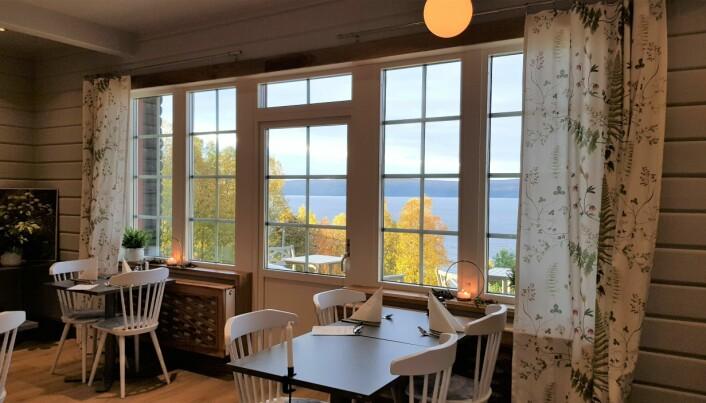 Vacker utsikt över sjön från matsalen på Hotell Stora Blåsjön.