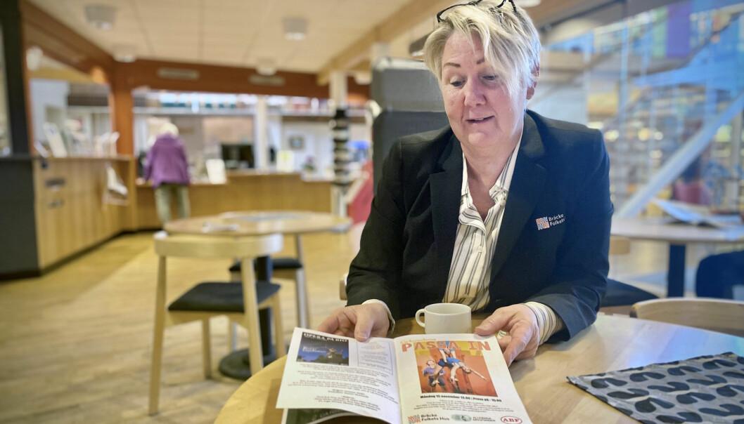 Camilla Olsson, verksamhetschef på Folkets Hus i Bräcke, bläddrar glatt i kulturprogrammet för 2021 och 2022.