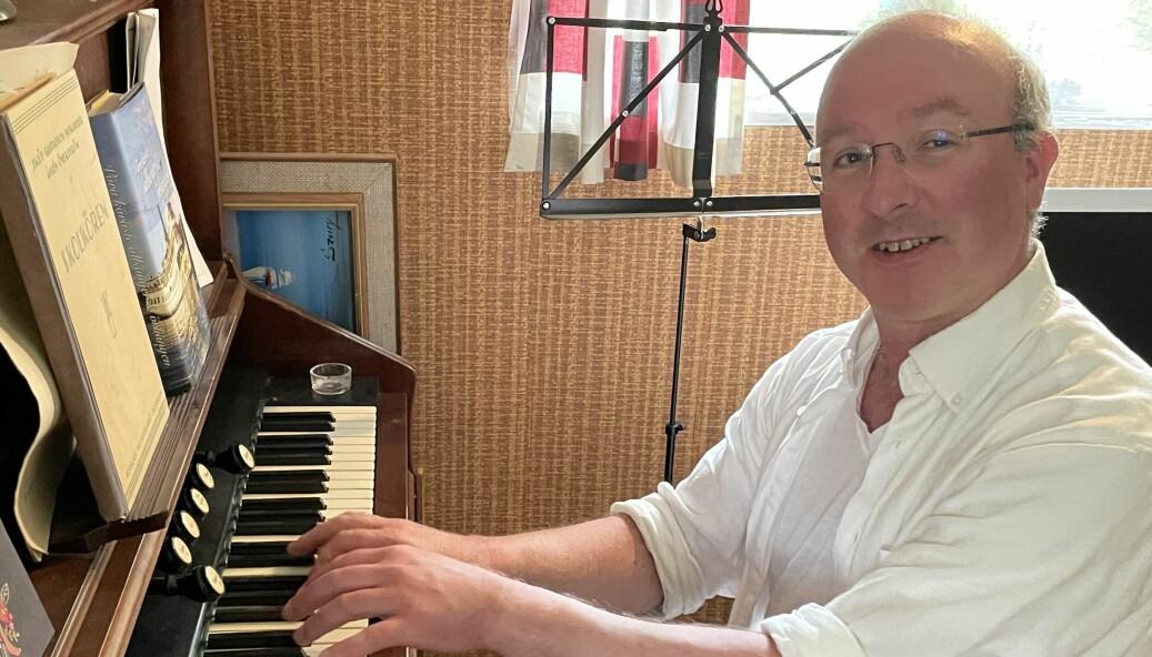 I stugan på Jonasbacken spelar Mikael orgel. Här förbereder han sig för konserterna han ska framföra som årets Hans-Erik Dahlgren-stipendiat.