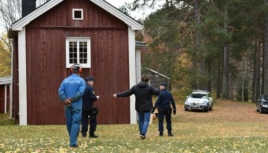 Polisen har gjort en brottsplatsundersökning vid Fjällsjö hembygdsgård i Backe. Ett 20-tal rutor är krossade, bland annat en ruta på den kulturminnesmärkta kägelbanan. Foto: Ingegerd Berglund