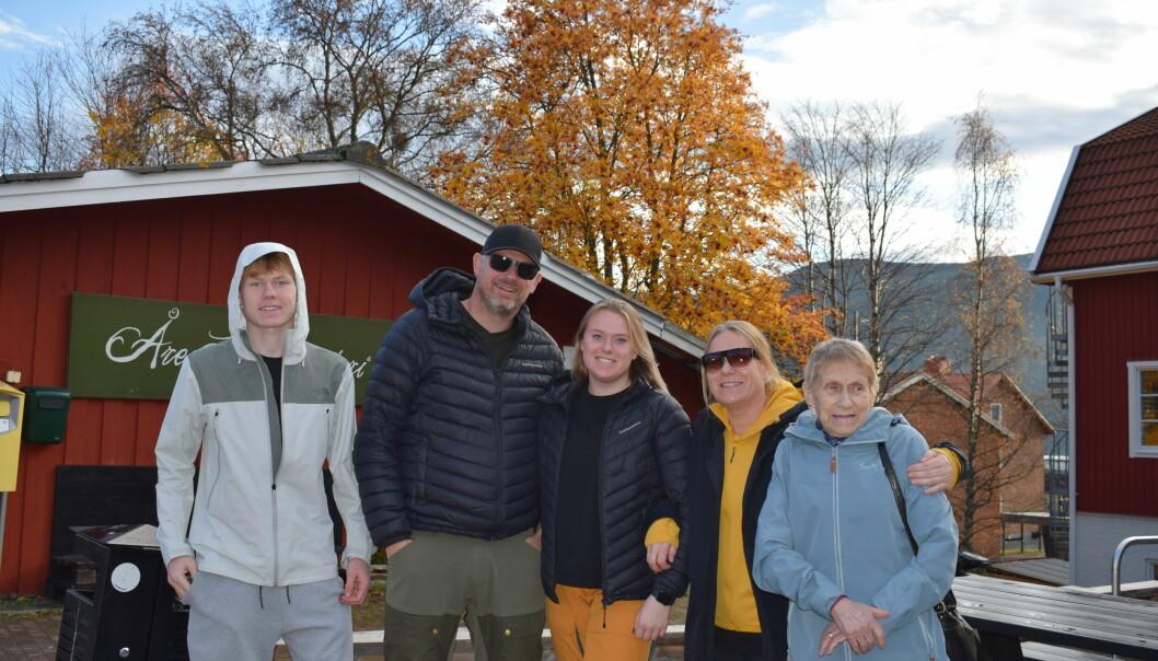 """Familjen Skjønberg från Trondheim har en stuga i Storlien och dit kom de igår kväll. Idag hade de tagit sig en tur till Åre för att handla. Bland annat blev det lite godis, för det är billigare här. På kvällen skulle det bli god mat och mys i stugan. De säger: –Vi var här en kort sväng i somras, men sedan stängde ju gränsen igen tråkigt nog. Så det är verkligen """"artut"""" att äntligen kunna få åka hit igen! Vi norrmän har en lång tradition av att fara till Sverige och gränshandeln är väldigt fint ordnad för oss. Vi själva älskar att gå på tur här, som Jämtlandstriangeln och Blåhammaren."""