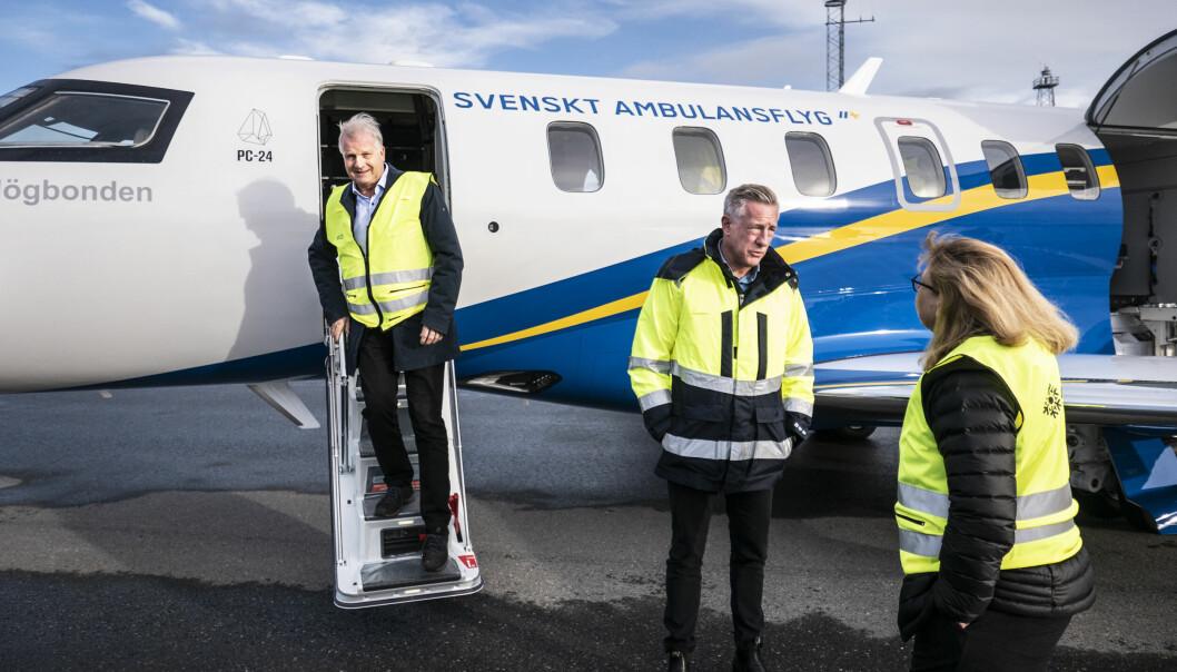 Anders Byström, regional utvecklingsdirektör, kommer ut efter att ha tagit sig en titt i kabinen.