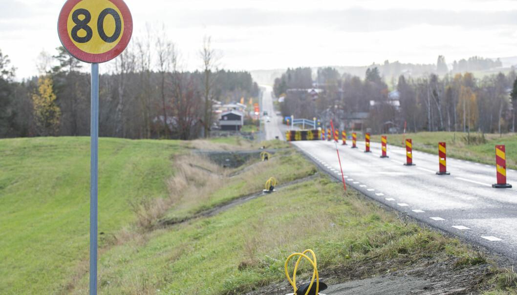 Denna vecka har Trafikverket bytt belysningsstolparna på 80 sträckan strax norr om Myrviken. Det handlar om totalt 32 belysningsstolpar längs med 321:an som nu byts ut.